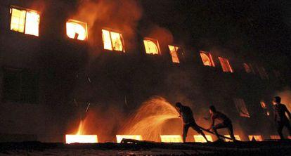 Los bomberos intentan sofocar el incendio en Dacca.