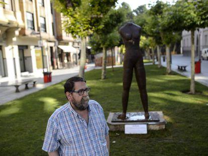 Fermín, hermano de Germán Rodríguez, ante el monumento por las víctimas de los Sanfermines de 1978.