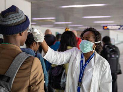 Control de la temperatura de los pasajeros en el aeropuerto de Brazaville (RD del Congo).