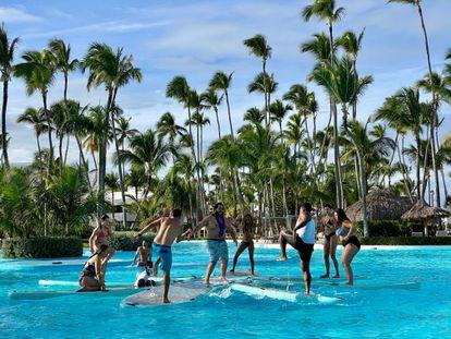 Turistas bailando en un hotel de Punta Cana en diciembre de 2020.