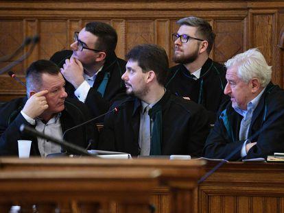 Fiscales y abogados de las víctimas del accidente del pasado mayo en el río Danubio, en Budapest, este miércoles.