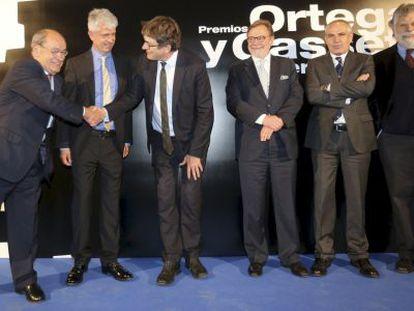 Alan Rusbridger, de 'The Guardian', saluda a Jesús Ceberio en presencia de Javier Moreno. A la derecha, Juan Luis Cebrián, Antonio Caño y Joaquín Estefanía.