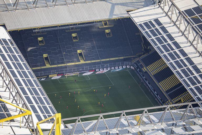 Vista aérea del Dortmund-Bayern disputado este martes a puerta cerrada en el Westfalenstadion.