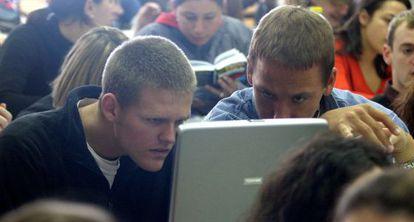 Estudiantes norteamericanos y españoles, durante un debate en la Universidad de Valencia, en 2005.