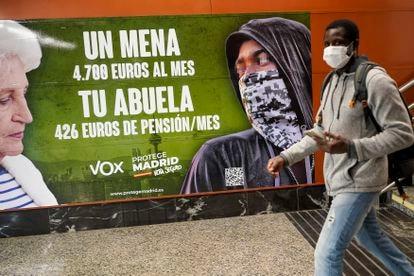 El cartel electoral de Vox en la estación de Cercanías de Sol de Madrid.