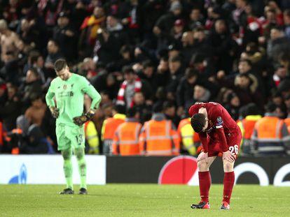 Adrián y Robertson, del Liverpool, tras caer eliminados el pasado miércoles contra el Atlético.