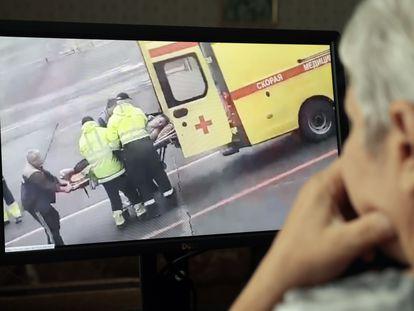 Una mujer observa un vídeo de redes sociales que muestra a Alexéi Navalni, activista de la oposición rusa, siendo trasladado en camilla en Omsk (Rusia), este jueves.