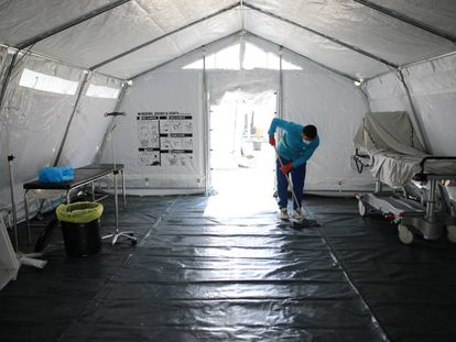 Un trabajador limpia un hospital de campaña instalado en la franja de Gaza.