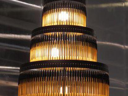 Lámpara del estudio EnPieza!, hecha con bolígrafos Bic