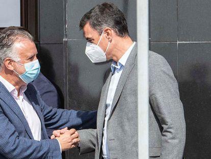 El presidente del Gobierno, Pedro Sánchez, saluda al titular del Gobierno de Canarias, Ángel Víctor Torres, a su llegada a la sede del Cabildo Insular de La Palma para participar en la reunión del Comité Científico del Pevolca.