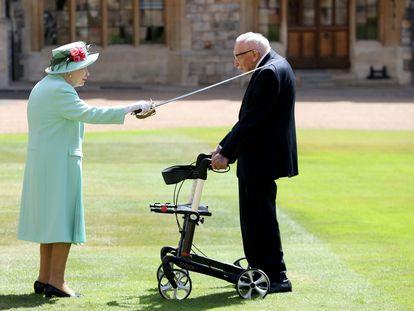 La Reina Isabel II nombra caballero al capitán Thomas Moore, el 17 de julio en Windsor.