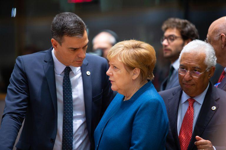 El presidente de España, Pedro Sánchez, habla con la canciller alemana, Angela Merkel, antes de un encuentro de líderes europeos, en octubre en Bruselas.