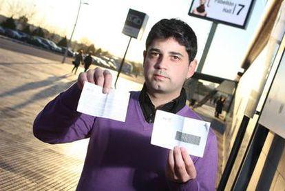 Javier García, con el sobre ciego que contiene la errata de la web oficial del DNI electrónico.