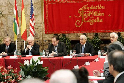 De izquierda a derecha, el presidente de la Agencia Efe, Álex Grijelmo; el director de la RAE, Víctor García de la Concha; el presidente de La Rioja, Pedro Sanz; el presidente del BBVA, Francisco González, y el prior del monasterio de Yuso, Juan Ángel Nieto.