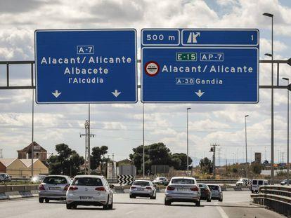 Coches en uno d elos tramos de la autopista de Alicante a Tarragona