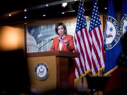 Nancy Pelosi, presidenta de la Cámara de Representantes, atiende a la prensa el viernes en Washington.