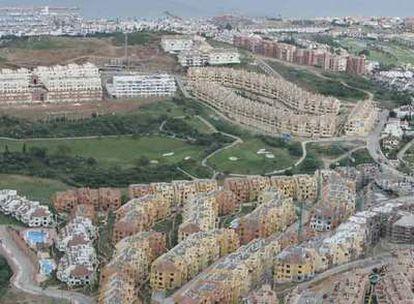 Nuevas urbanizaciones junto a un campo de golf en el municipio de Manilva.