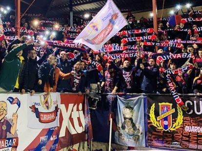 Aficionados de la peña Curvabar durante un partido del Yeclano.