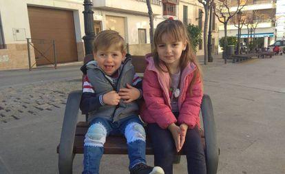 Manuel de dos años con su hermana.