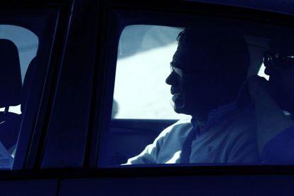 Francisco Granados es conducido a su casa para un registro.