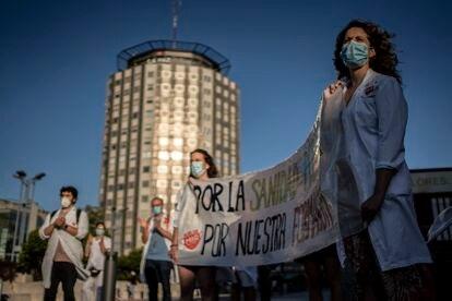 Residentes frente al hospital de La Paz en la primera jornada de huelga.