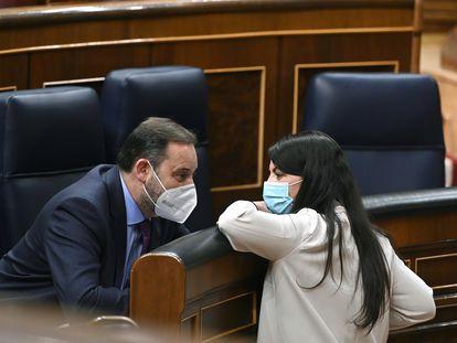 La diputada de Vox Macarena Olona conversa con el ministro de Transportes, José Luis Ábalos, durante el pleno extraordinario celebrado este jueves en el Congreso de los Diputados.