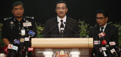 El ministro de Transportes malasio, Hishammuddin Hussein (centro), durante la conferencia de prensa de este martes.