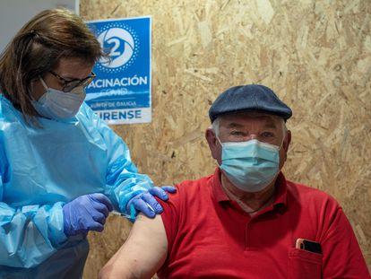 Un hombre recibe la vacuna contra la Covid-19 en Galicia.