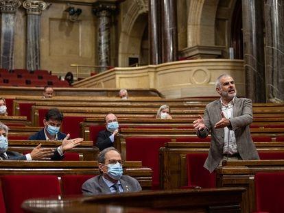 El presidente del grupo de Cs en el Parlament, Carlos Carrizosa (de pie), interviene durante un pleno del Parlament, este miércoles.