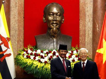 El sultán de Brunéi, Hassanal Bolkiah (izquierda), junto al presidente de Vietnam, Nguyen Phu Trong, en Hanói.