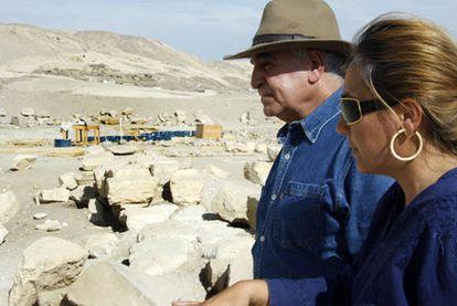 Myriam Seco conversa en Luxor con Zahi Hawass, secretario general del Consejo Superior de Antigüedades egipcio. Inscripción de Tutmosis III.