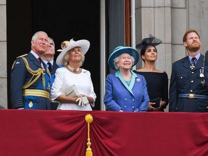 La reina Isabel II comparte balcón en Buckingham con el resto de la familia real el pasado 10 de julio