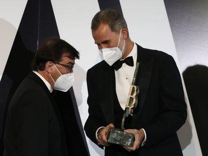 Felipe VI entrega el Premio Mariano de Cavia al escritor y columnista Javier Cercas, esta noche, en la sede de 'Abc'.