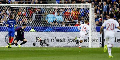 Deulofeu marca el segundo gol de España, anulado por el juez de línea.