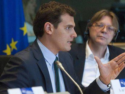 Albert Rivera (en primer término) y Guy Verhofstadt, el pasado miércoles, en Bruselas. En vídeo, Ciudadanos no descarta pactar con Vox.