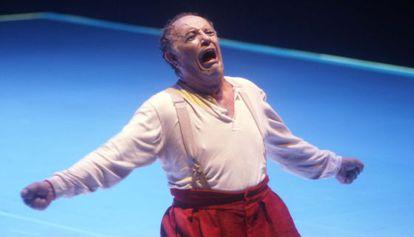 El barítono en el escenario del Real durante una escena de 'Rigoletto'.