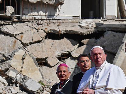 TEl Papa llega a la plaza de las Cuatro Iglesias de Mosul para realizar su oración, este domingo.