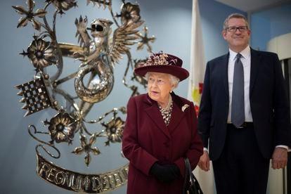 Isabel II, con Andrew Parker en febrero de 2020 durante su visita al  MI5.