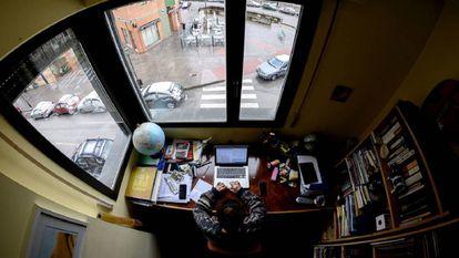 Una mujer teletrabaja en su casa de Burgos, el pasado martes.