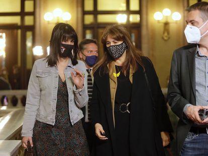 Laura Borràs (centro), presidenta del Parlament, conversa con la diputada Aurora Madaula, a su llegada al Parlament.
