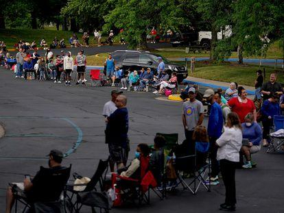 Una fila que aguarda las ayudas económicas en Frankfort, Kentucky, en junio pasado.