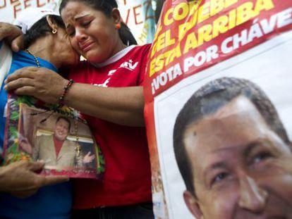 Dos mujeres venezolanas lloran por el presidente Chávez.