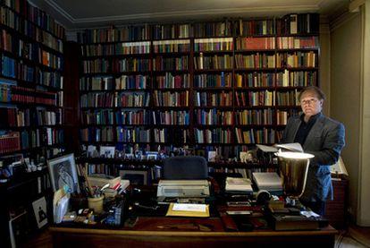 """En la biblioteca de Javier Marías, de más de 20.000 volúmenes, """"el espacio contiene el tiempo y la memoria depende en gran medida del espacio"""", tal y como afirmó en su libro <b><i>Entrevistos.</b></i>"""
