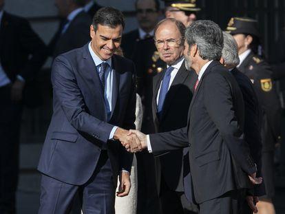 El presidente del Gobierno, Pedro Sánchez, saluda al presidente del Tribunal Supremo y del Consejo General del Poder Judicial, Carlos Lesmes, a su llegada al Congreso el pasado 27 de septiembre.