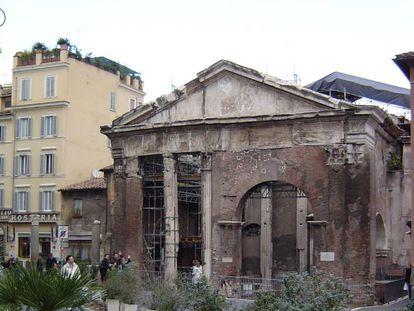 Fachada sudoeste del Pórtico de Octavia, en Roma.