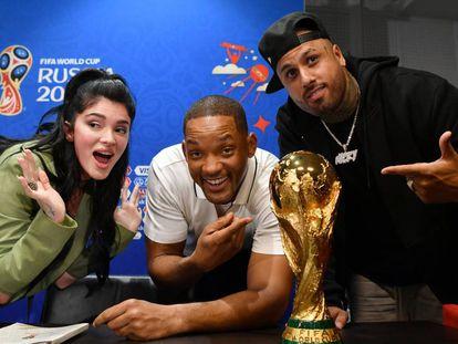 Era Istrefi, Will Smith y Nicky Jam posan junto al trofeo de la Copa del Mundo en la rueda de prensa de la ceremonia de clausura de Rusia 2018, el 13 de julio en Moscú.