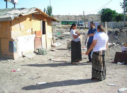 El padre Agustín (al medio y azul) conversa con dos mujeres del Gallinero sobre los problemas que aquejan a éstas