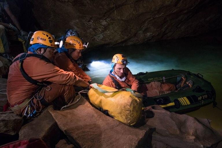 Pedro Duque, durante un entrenamiento de la ESA en una cueva de Cerdeña (Italia).