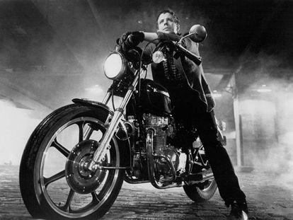 Mickey Rourke en 'La ley de la calle' (1983), un mindundi al lado del tipo que se cruzó con el autor.