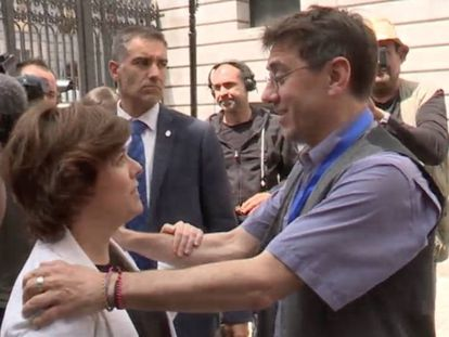 Juan Carlos Monedero saluda a Soraya Sáenz de Santamaría, este viernes en el Congreso.